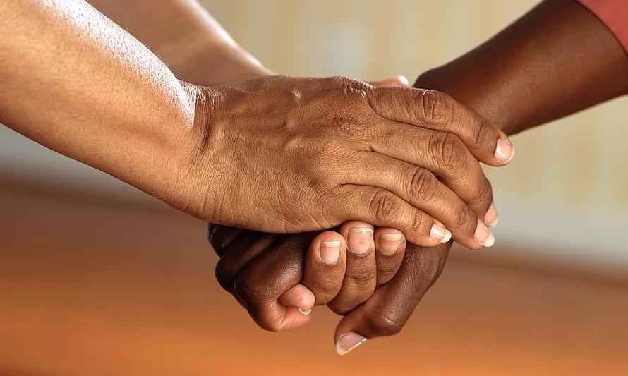 mains aide solidarité soutien